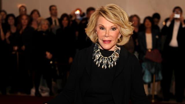 Joan Rivers steht vor den Fotografen.
