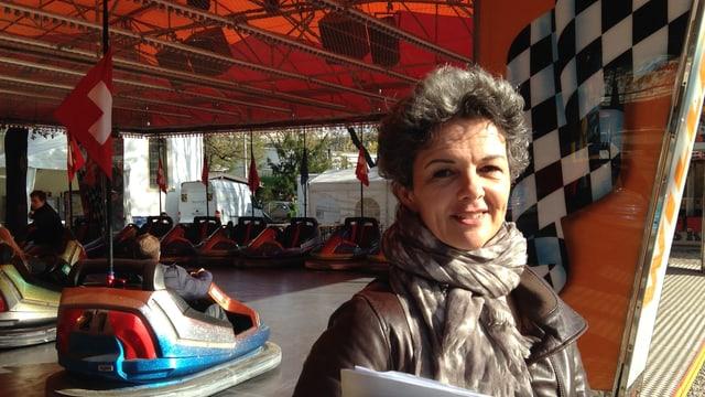 Chantal Keller vor einer Autoscooter-Bahn an der Herbstmesse