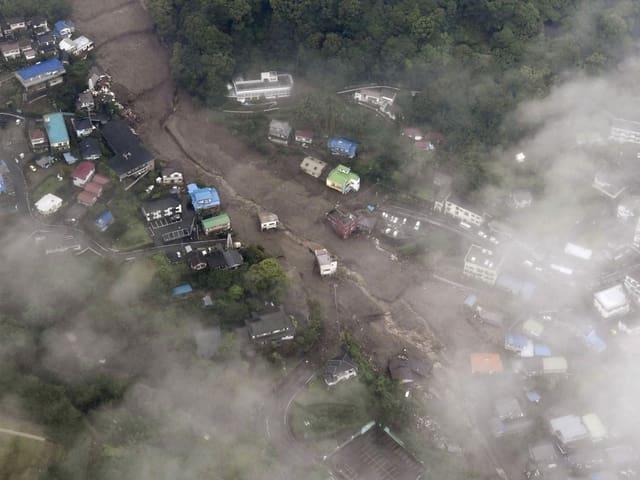 Eine Luftaufnahme der Schlammlawine zwischen den Gebäuden.