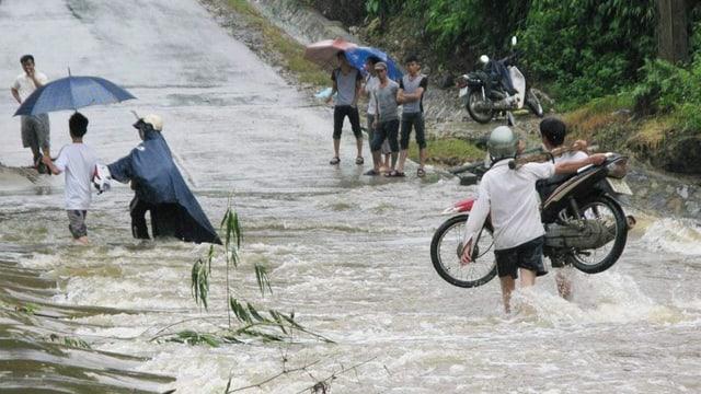 via inundada, persunas portan in töf