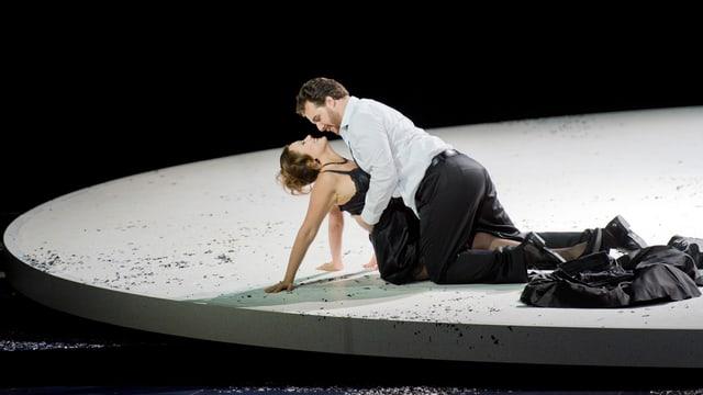 Melanto (Julie Fuchs) und Eurimaco (Mauro Peter) in einer Inszenierung des Zürcher Opernhauses