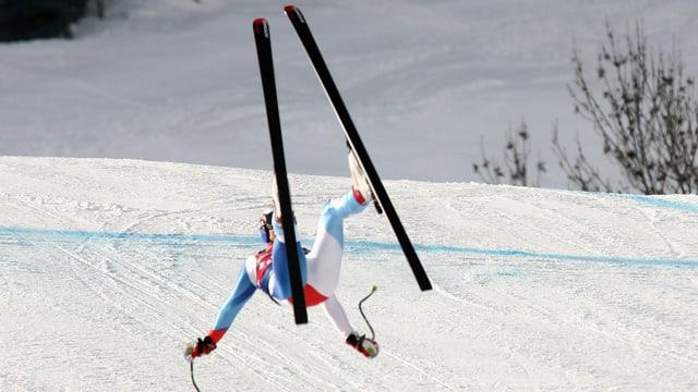 Ein Skifahrer stürzt.
