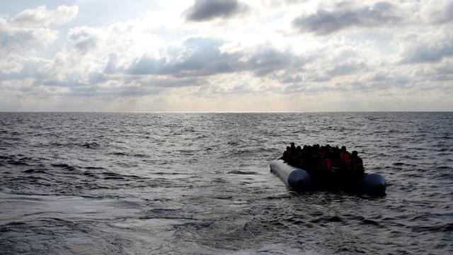 Flüchtlingsboot in der Weite des Mittelmeeres.