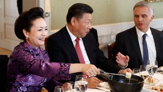 Xi Jinping und Burkhalter essen gemeinsam Fondue.