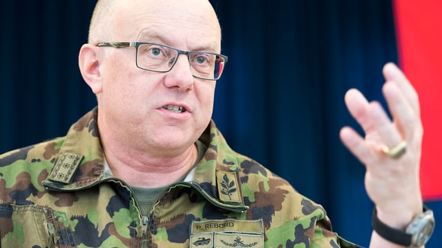 Philippe Rebord, il schef da l'armada a la conferenza da medias suenter 100 dis en uffizi.
