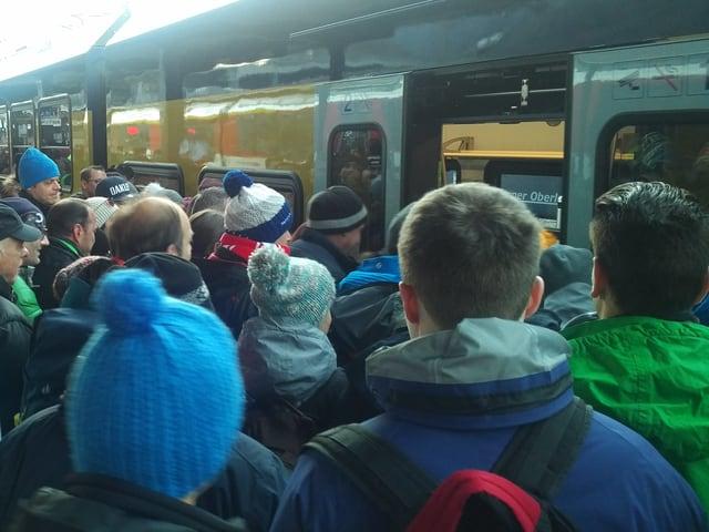 Volles Perron, viele Menschen wollen in Zug einsteigen