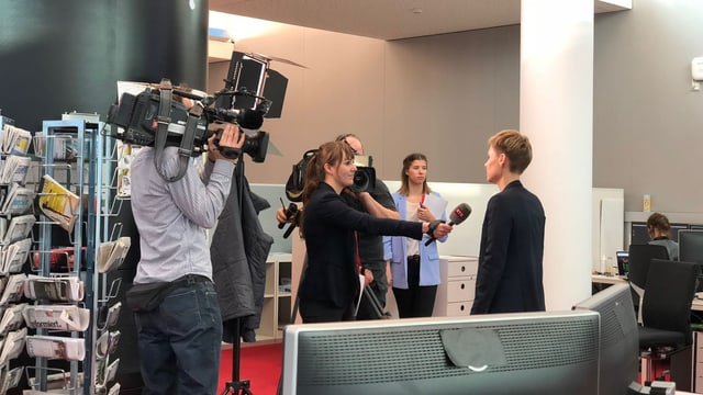 La directura da RTR, Ladina Heimgartner dat pled e fatg.