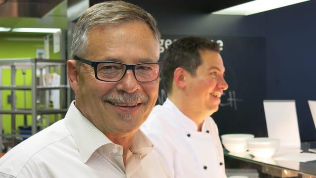 Bernhard Tanner mit Koch-Kollege in der Küche des Radiostudios.