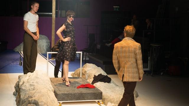 Rocco (Maximilian Kraus) und seine Verehrerin Nadia (Janet Rothe) auf der Bühne.