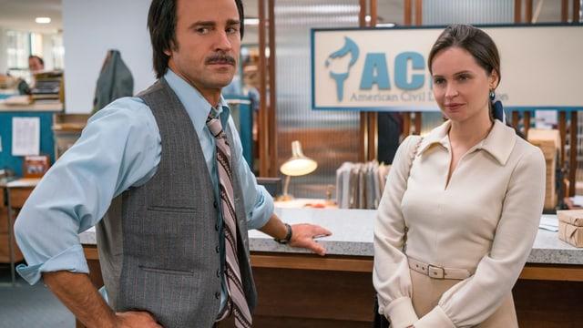 Ein Mann und eine Frau in einem Anwaltsbüro.