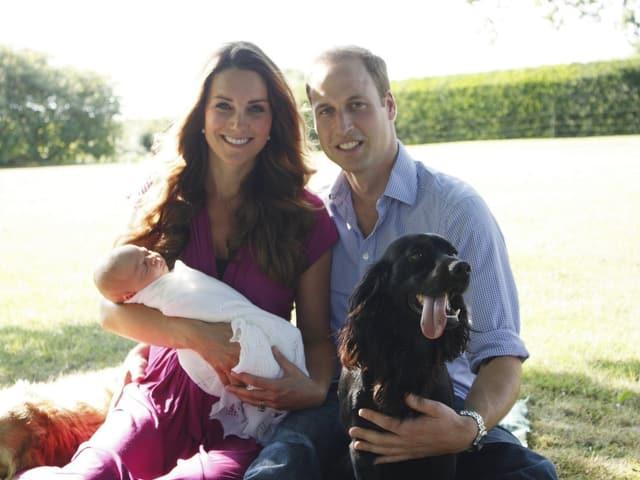 William und Kate mit ihrem Sohn Geoge und ihrem Hund.