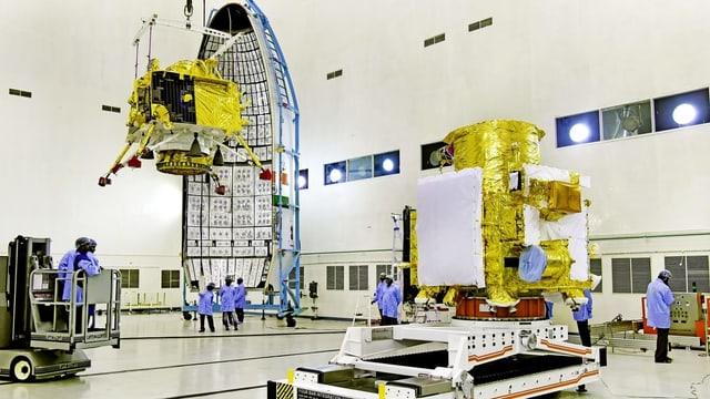 Mitarbeiter der indischen Raumfahrtbehörde arbeiten am «Chandrayaan 2»