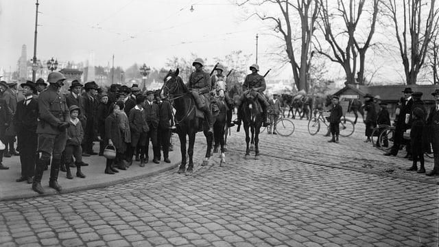 Kavallerie Patrouille auf dem Kornhausplatz während des Landesstreiks.