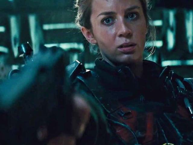 Emily Blunt als «Full Metal Bitch». Sie hält eine Waffe.