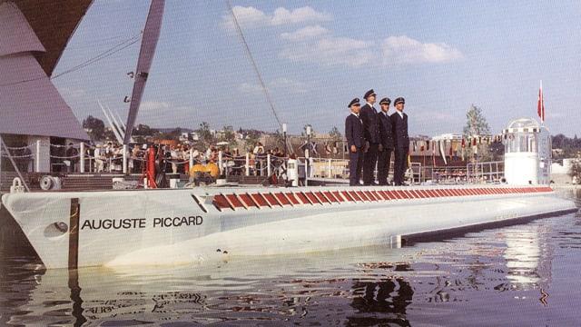 """Das U-Boot """"Mésoscaphe"""" mit Besatzung an der Expo."""