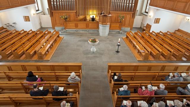 Leere Kirchenbänke in der reformierten Kirche Thalwil.