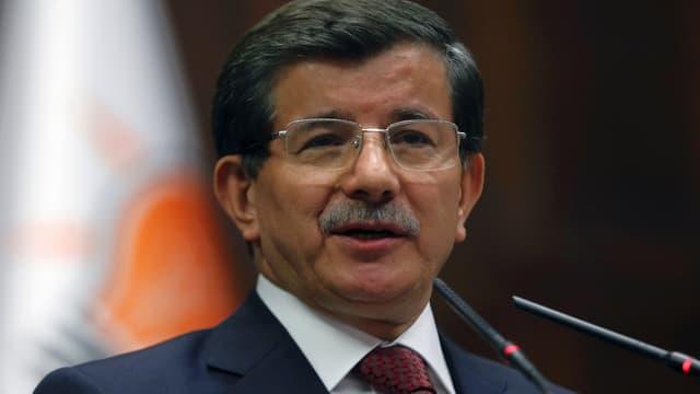 Der türkische Premierminister Ahmet Davutoglu vor Mikrofon