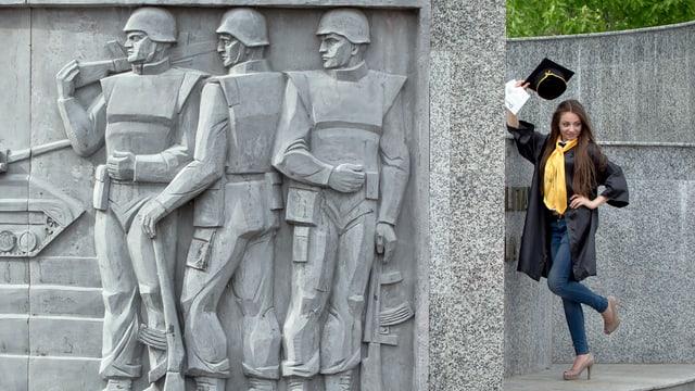 Ein Schülerin neben einem Kriegsdenkmal in Bukarest.
