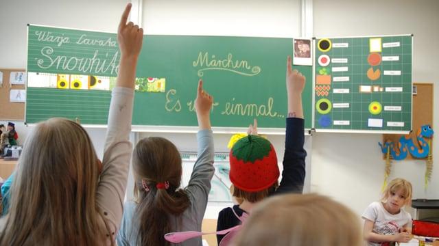 Kinder strecken in Klasse ohne Lehrer auf