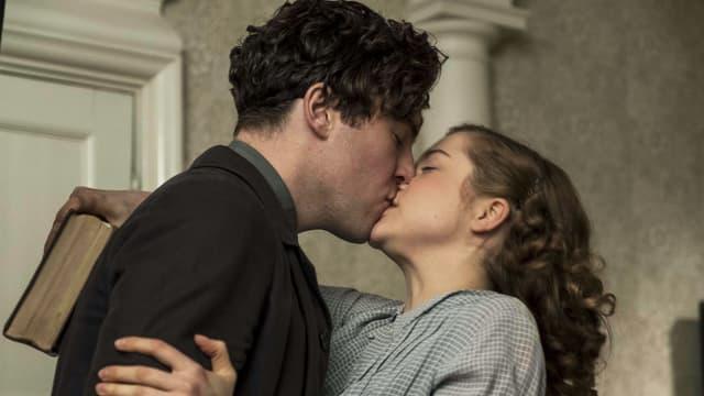Frau und Mann küssen sich