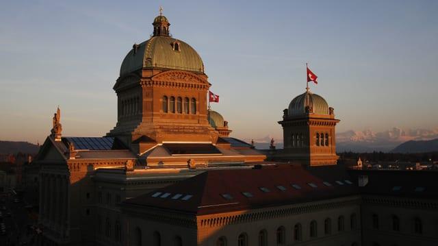 La chasa federala a Berna en il sulegl da la saira.