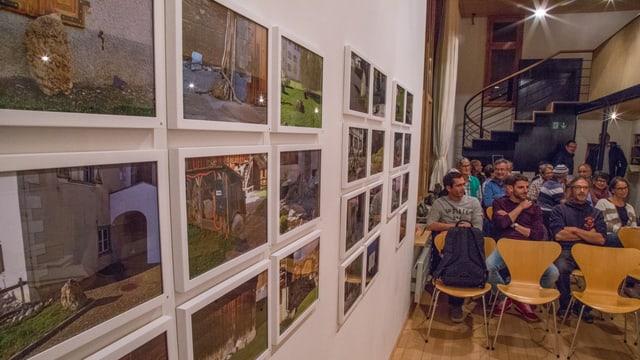 Fotografias da crappa vit la paraid ed igl auditori en la chasa d'Angel.