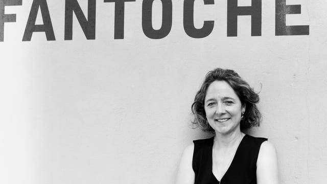 Festivalleiterin Annette Schindler steht vor einer Wand auf der «Fantoche» steht.
