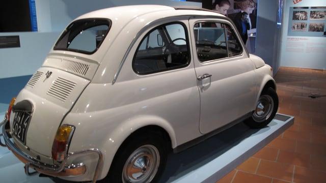Alter weisser Fiat (Cinquecento) in einer Ausstellung