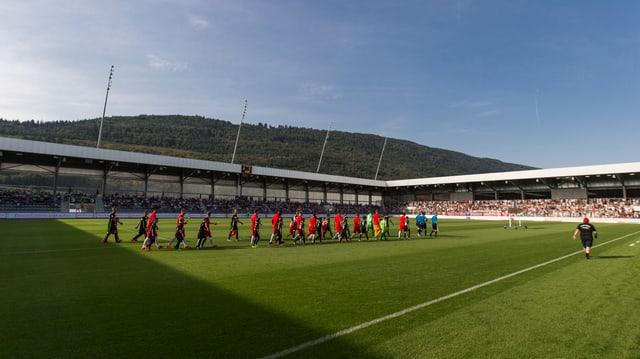 Einlauf der Bieler und Wiler Spieler zum 1. Spiel im neuen Stadion.