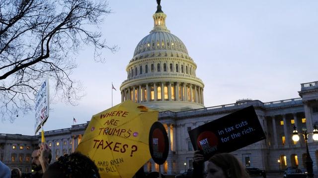 Menschen protestieren vor Capitol in Washington.