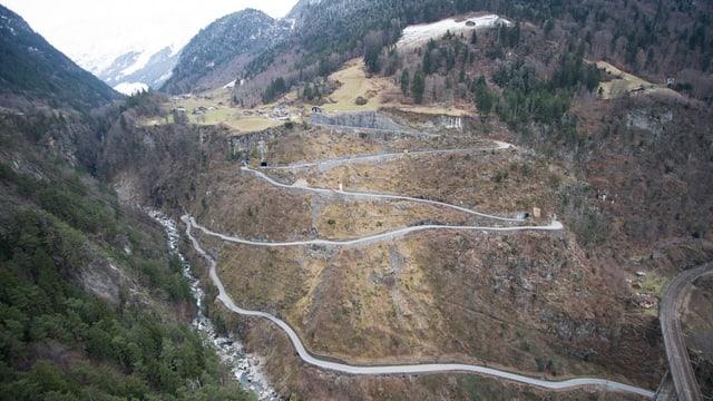 Eine steile Strasse schlängelt sich einen berg hinauf.