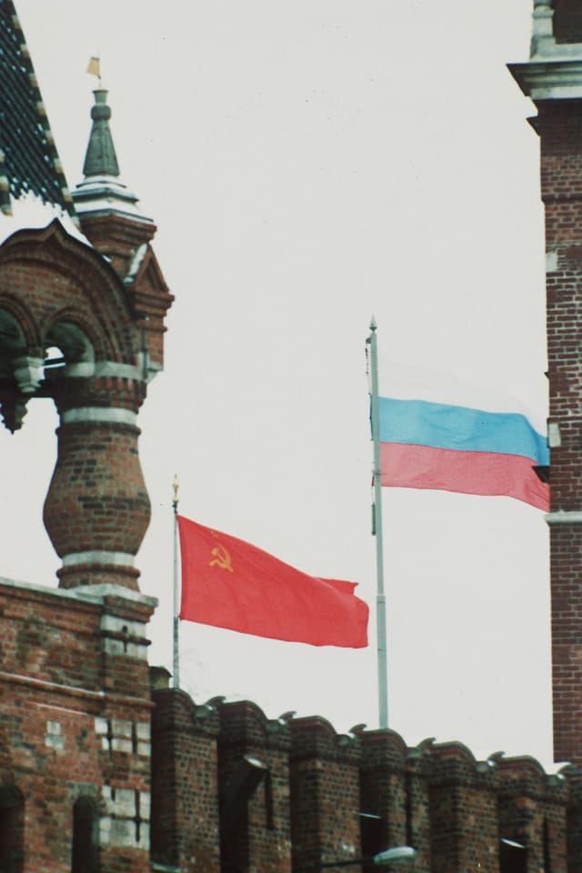 Die sowjetische Flagge weht an der Seite der russischen über dem Kreml (Dezember 1991).