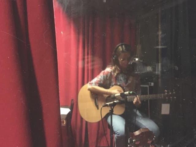 Fiona Cavegn en il studio da musica