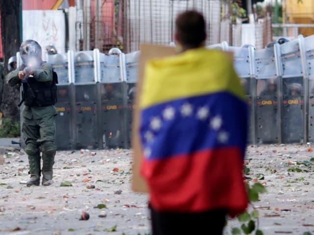 Demonstrant in Caracas mit Venezuela-Flagge