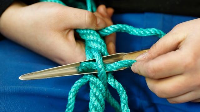 Ein Seil entsteht.