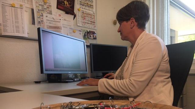 Irma Jordi sitzt in ihrem Büro am Computer.