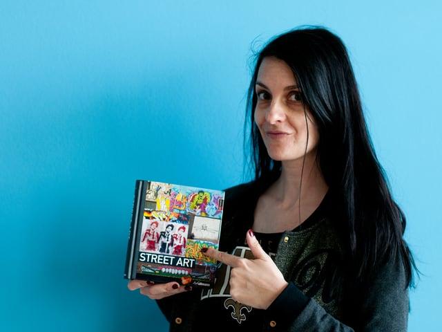 SRF 3 Redaktorin Ursula Schubiger präsentiert stolz das Street Art-Buch, das sie von ihrer Mutter bekommen hat.