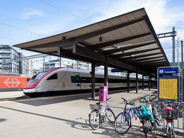 Ein Zug fährt im Bahnhof Baden ein.
