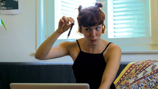 eine Frau sitzt vor dem Laptop