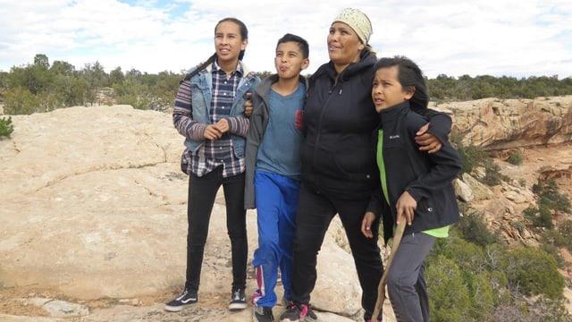 Tara Benally mit ihren drei jüngsten Kindern.