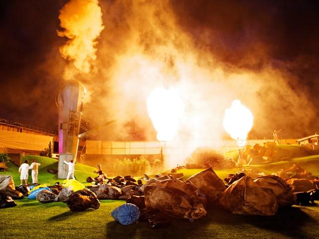 Explosion mit Stichflamme auf der Bühen.