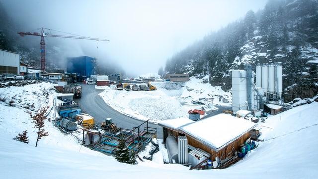 Wasserkraftwerk nach Schneefall