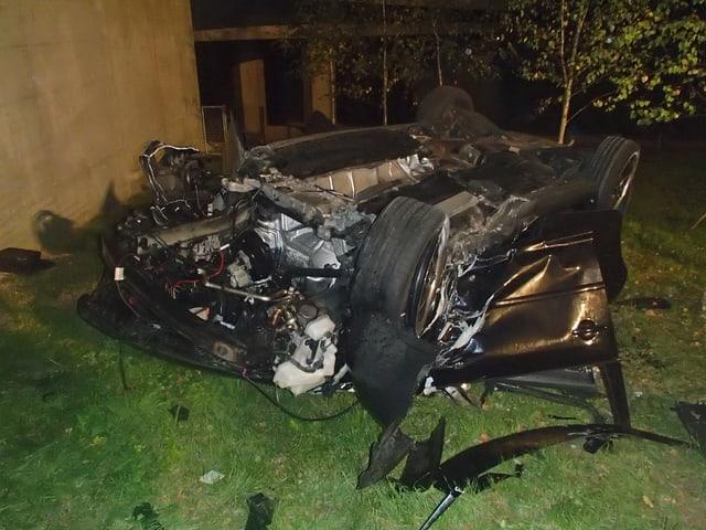 Komplett zerstörtes Autowrack liegt auf dem Dach