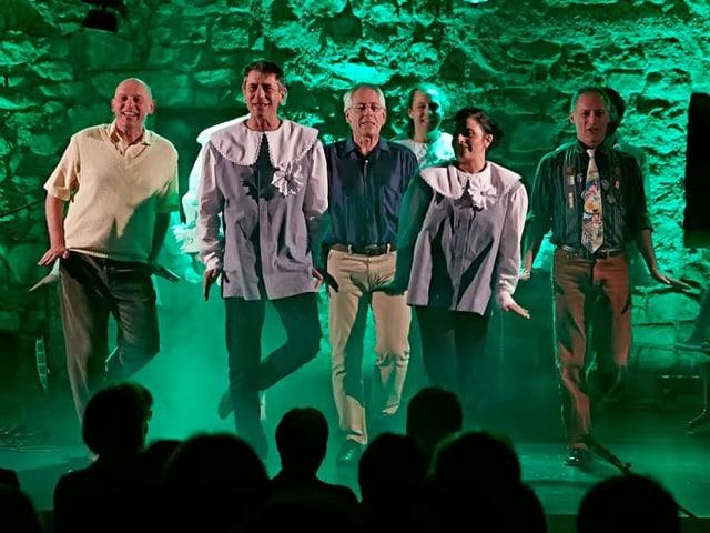 Riverdancer in grünes Scheinwerferlicht getaucht.