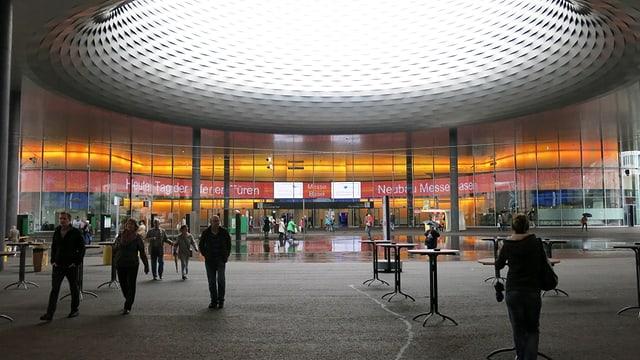"""Eingang zum Messe-Neubau mit der Aufschrift """"Tag der offenen Tür"""""""