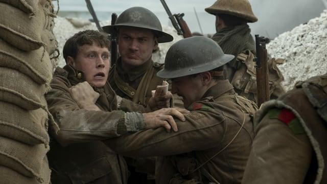 Britische Soldaten geraten im Schützengraben aneinander.