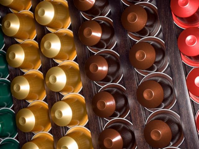 Verschieden farbige Nespresso-Kapseln von oben fotografiert
