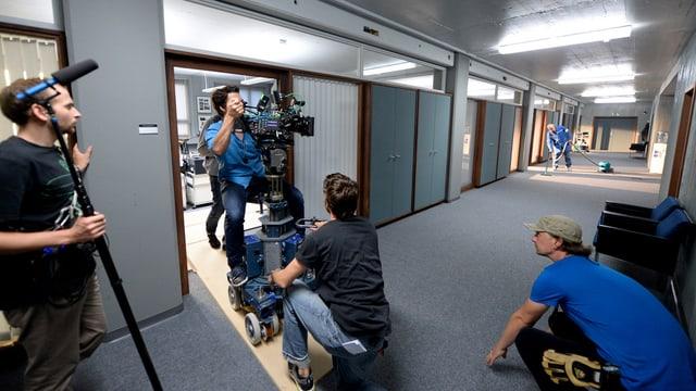 Dreharbeiten zu einem Film in einem Gang.