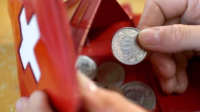 Ein Portemonnaie mit Kleingeld