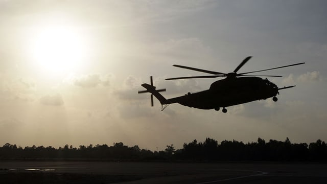 Helikopter am Abendhimmel